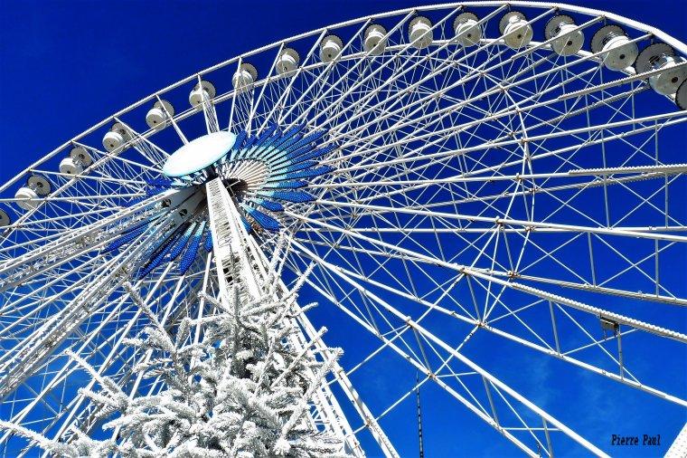 Au dessus du Marché de Noël il y a la grande roue