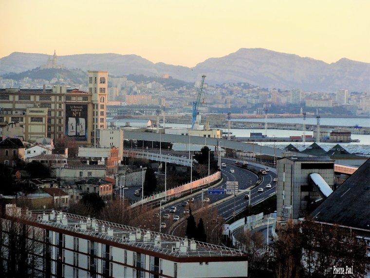 La nuit va tomber sur Marseille ( une vue de l'ouest de Marseille vers l'est )