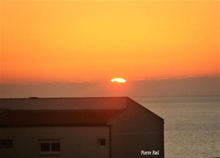 Dernier coucher de soleil de l'année à l'ouest de Marseille ( Photo Pierre Paul )