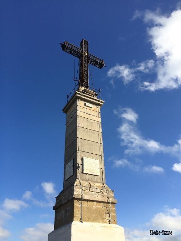 à 946 mètres sur la Montagne de la Sainte Victoire , la croix de Provence de 19 m de haut