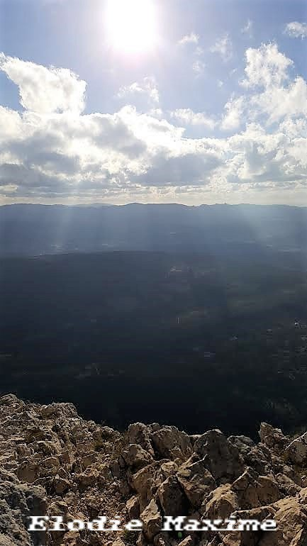 Face au soleil ,montée vers le sommet de la Sainte Victoire ( Elodie-Maxime )