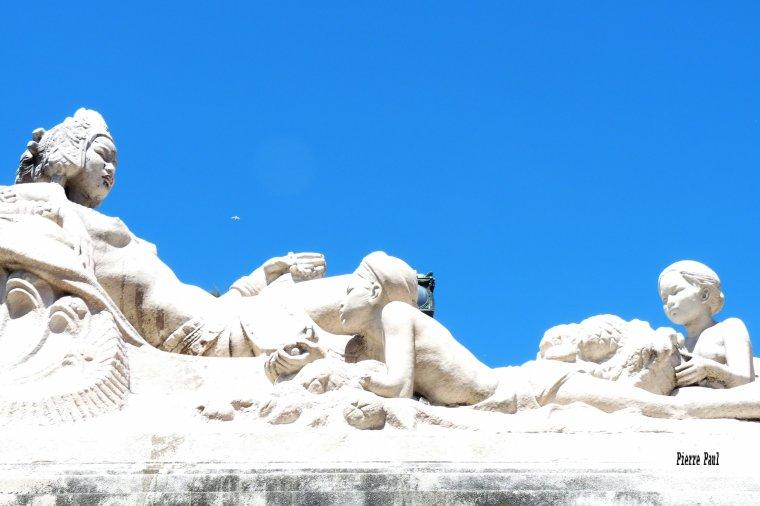 En descendant de la gare Saint Charles de Marseille ( belles statues )