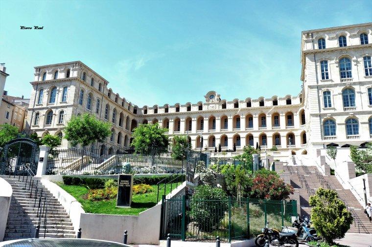 Ancien hôtel Dieu de Marseille devenue Hôtel intercontinental 5 étoiles