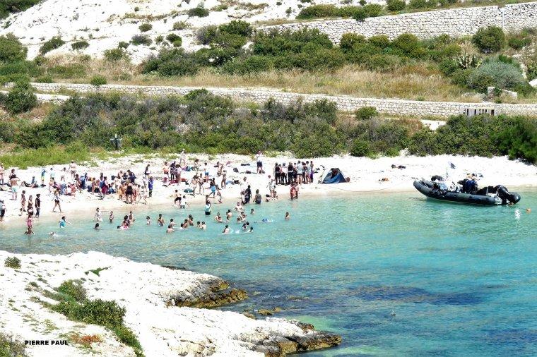 Sur la plage Saint Estève au frioul il y avait les écoles de sorties