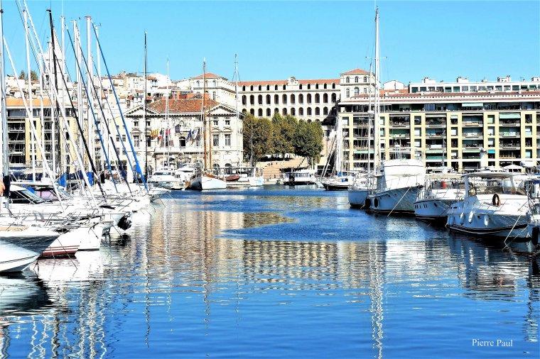 Marseille une vue depuis le coté du théâtre de la criée