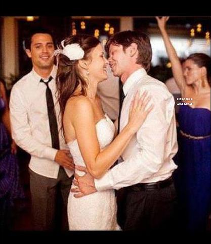 Hors sujet lee norris micro dans OTH c'est marié le 10 septembre 2011 avec Andrea Claire Barnes on peut voir en arriére plan sophia et stephen