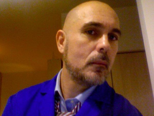 Bleu , cravate et boule à zéro !