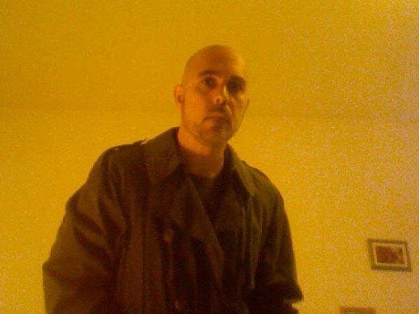 Mec en trench-coat n°1