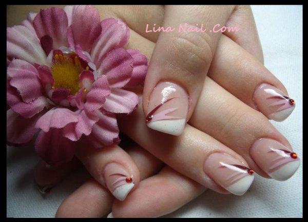 Pose en gel avec capsule french blanche en biais déco nail art liner  chocolat et rose, strass