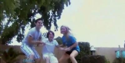 ancienne photo de Tanner ( sn frere ) et Alexa( sa soeur) poussant Greyson à la piscine