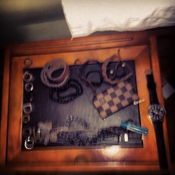 """Greyson a postée cette photo sur twiiter en disant """" table de chevet"""""""