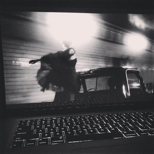 """Greyson a poster cette photo en disant """" regarder des films à une heure du matin insomnie est présent"""""""
