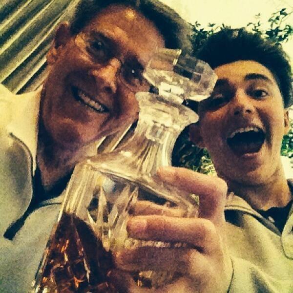 """Tweet de Greyson """"Mon grand-père et moi avec une bouteille de Brandy trente ans. (Il ne me laisserait pas le boire through.Boot.)"""""""