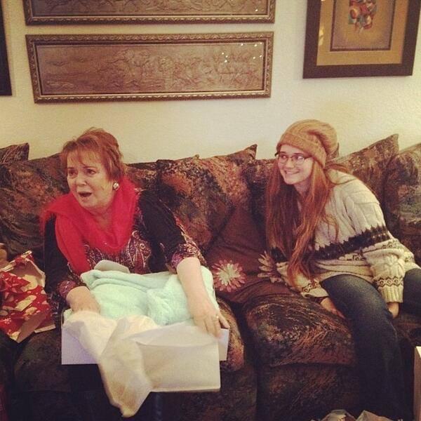 """Tweet d greyson """" Grand mére ouvre son cadeau """" et il y a Alexa la soeur de Greyson"""