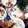 """Tweet de Greyson """"breakfast ala Holland """" en Francais """"ala petit-déjeuner Holland"""""""