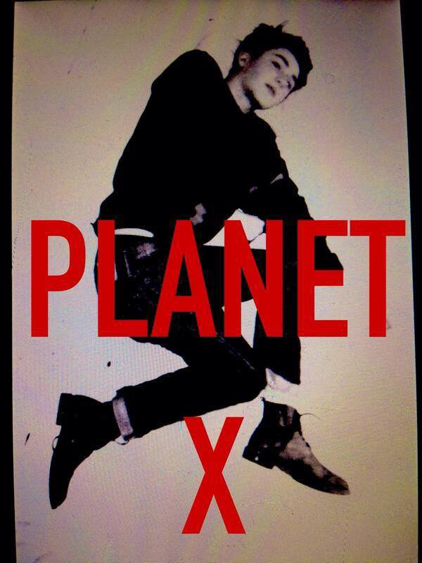 "Tweet de Greyson ""#PLANETX  photo taken in my apt. in holland "" Francais ""#PLANETX photo prise dans mon appartement en Hollande"""