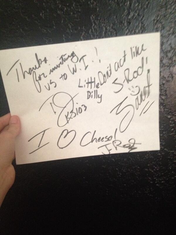 """tweet de Greyson """" Regardez ce que j'ai trouvé planqués dans mon placard. autographes de TJ, Janet, chemin J-Rod retour d'Ecole elem  """""""