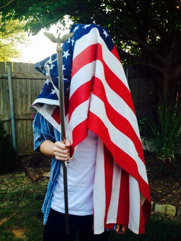 """tweet de greyson """" ici je suis drapée dans American grandeur"""