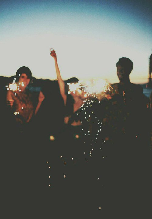 Viens on danse comme des folles et on oublie qu'on souffre. Viens on s'amuse, viens on picole et on fume à en voirs des ptits poneys rose. Viens on s'défonce la gueule. Aller quoi, t'en as pas marre de souffrir ? Pour une soirée on peut être comme tous l'monde nan. C'est p'être impossible qui sait. Ou justement p'être qu'on sera acceptées rien qu'une fois dans nos vies. Aller viens.