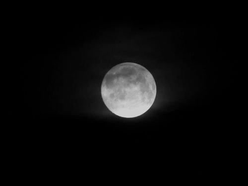 """"""" Peut importe où elle se trouve dans le ciel, et peut importe où nous nous trouvons sur terre, si on tend la main et qu'on ferme un ½il, la lune n'est jamais plus grosse que le pouce. """""""