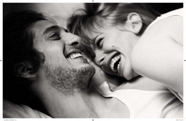 Son rire en cascade est mon médicament, je devrais l'enregistrer en boucle et me le diffuser les soirs de déprime. S'il fallait définir la joie de vivre, le bonheur d'exister, ce serait cet éclat de rire, une apothéose, ma récompense bénie, un baume descendu du ciel