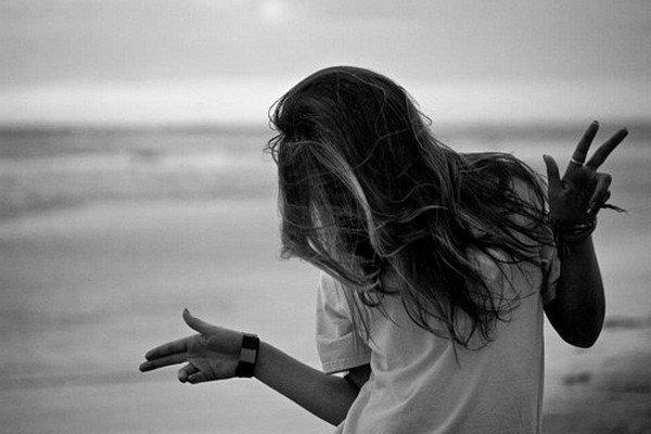 """""""Faire sans cesse l'effort de penser à qui est devant toi, lui porter une attention réelle, soutenue, pour ne pas oublier une seconde que celui ou celle avec qui tu parles vient d'ailleurs, que ses goûts, ses pensées et ses gestes ont été façonnés par une longue histoire, peuplée de beaucoup de choses et beaucoup de gens que tu ne connaîtras jamais. Te rappeler sans arrêt que celui ou celle que tu regardes ne te doit rien, n'est pas une partie de ton monde, il n'y a personne dans ton monde, pas même toi. Cet exercice mental - qui mobilise la pensée et l'imagination- est un peu austère, mais il te conduit à la plus grande jouissance qui soit, aimer celui ou celle qui est devant toi, l'aimer d'être ce qu'il est, une énigme, et non pas d'être ce que tu crois, ce que tu crains, ce que tu espères, ce que tu attends, ce que tu cherches, ce que tu veux."""""""