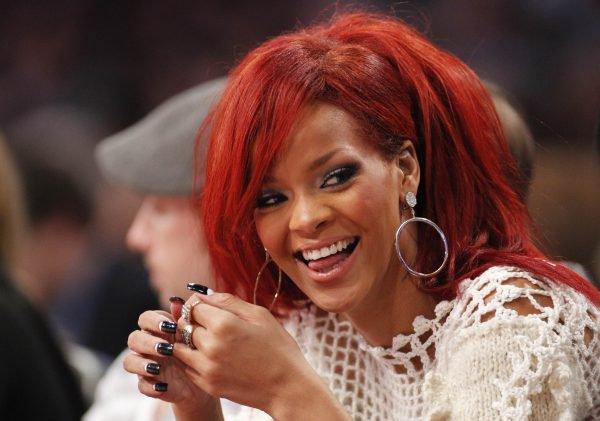 Rihanna s'est disputée sur Twitter avec l'une de ses fans qui n'a pas apprécié que la chanteuse reprenne contact avec son ex Chris Brown
