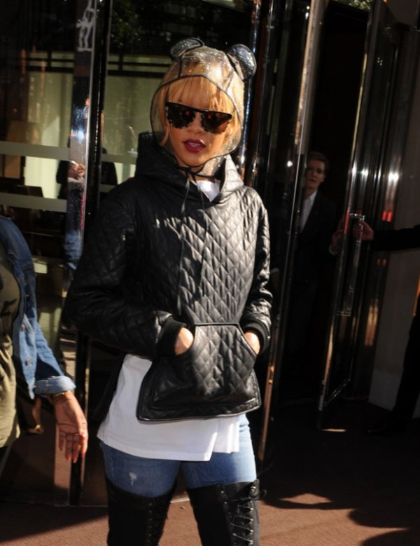 Le look très original de Rihanna pour affronter la pluie Chapeau l'artiste !