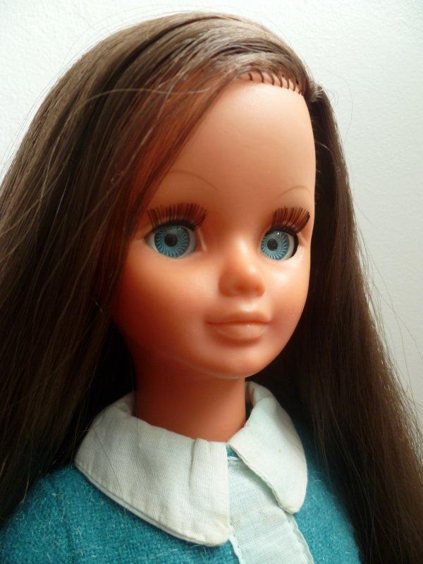 Ma Betsie brune aux yeux bleus