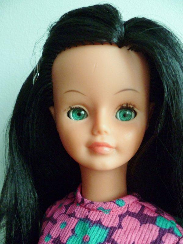 Ma Jolie Cathie brune aux yeux verts en Tenue Drugstore