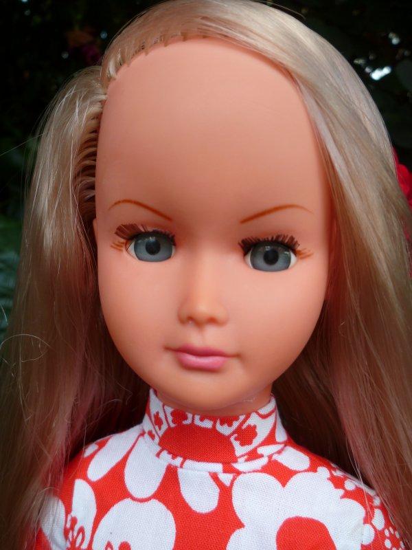 Une jolie blonde dans le jardin..