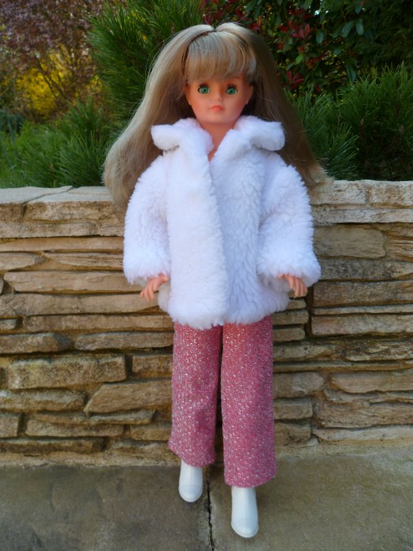 Cathie en Tenue Rubis:Fait froid!