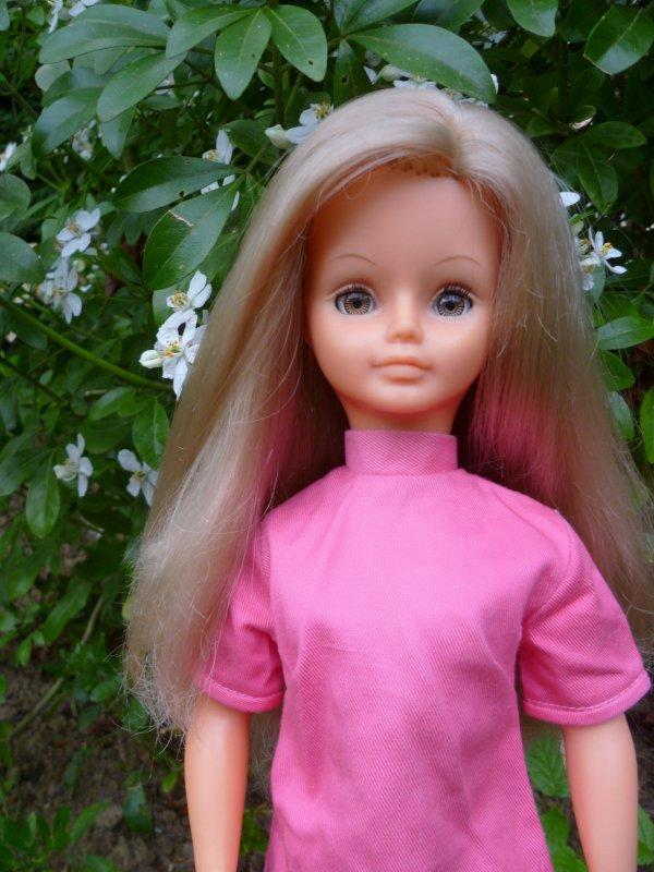 Cathie,en Tenue Montparnasse,a retrouvé sa robe!