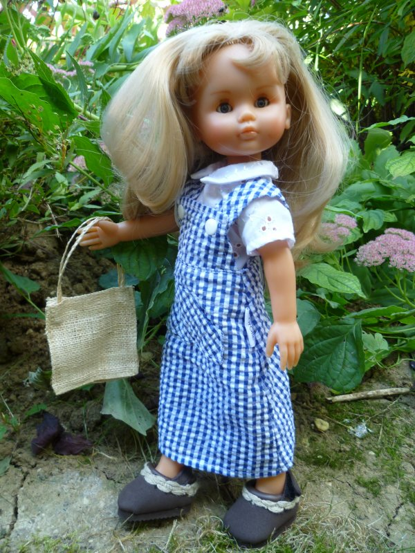 Camille profite de cette belle journée pour jardiner!