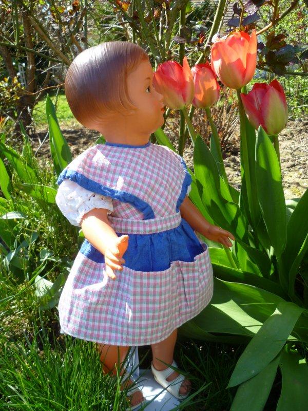 Françoise admire les fleurs