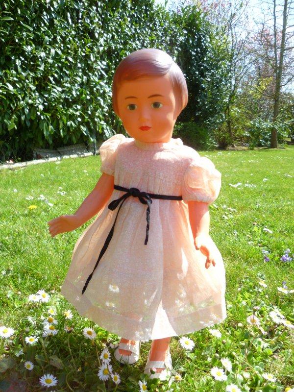 Françoise profite du jardin sous le soleil