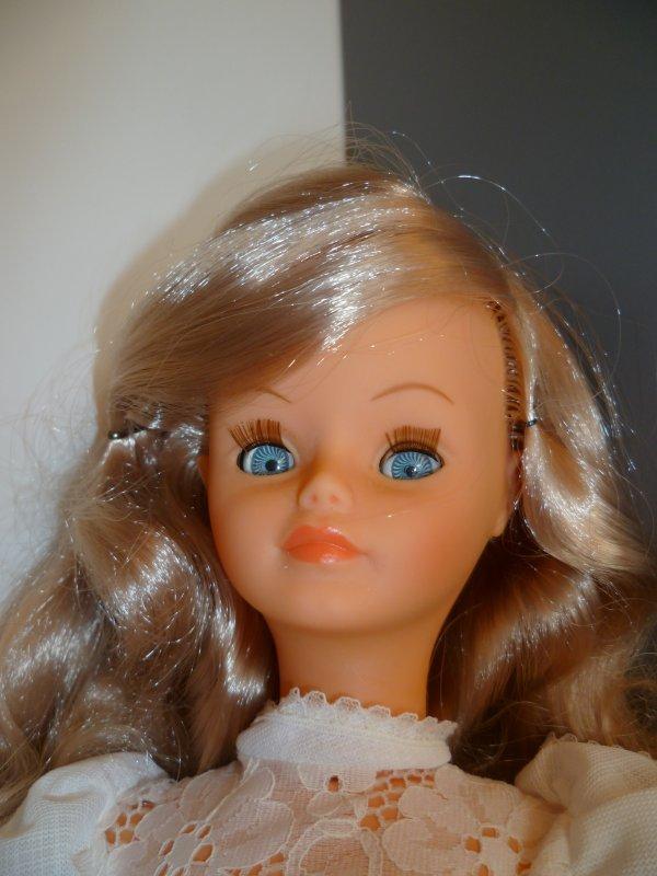 Cathie en Tenue de Présentation 1976