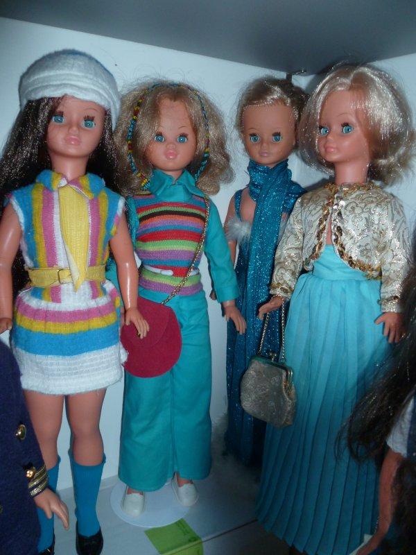 Cathie en tenues de couleur bleue