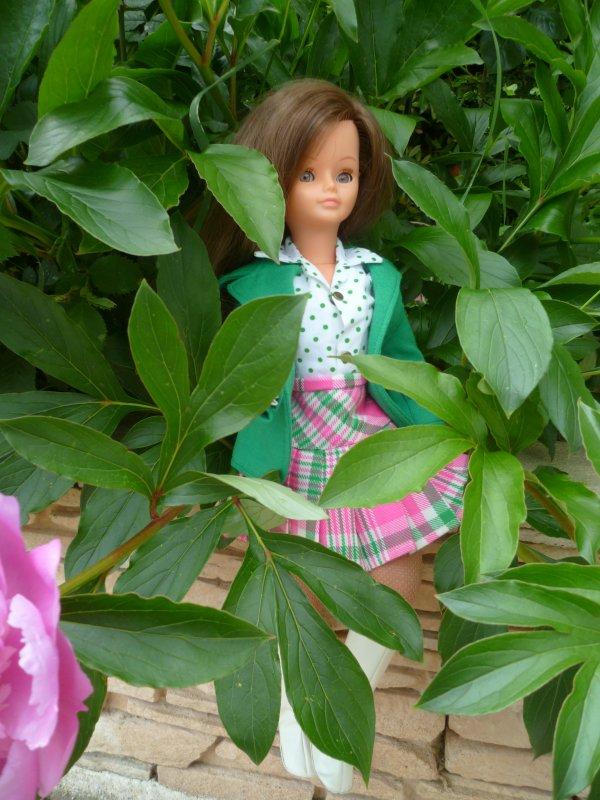 Cathie,en Tenue Lisa 1975 découvre les premières pivoines du jardin