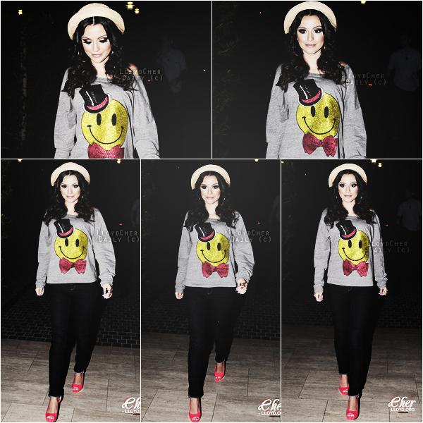 . Candid, 15 Mai - Toute souriante, la jolie Cher a été aperçue arrivant à son hôtel à Beverly Hills. .