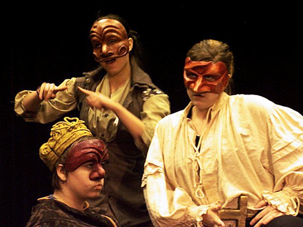 Sur la photo, c'est de la commedia dell'arte. Je suis Arlequin qui se moque de la Dottore et du Capitaine.