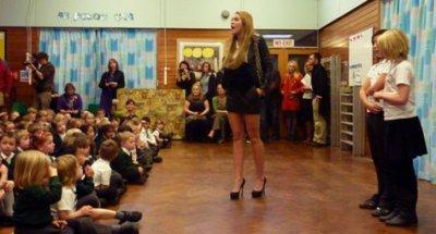 Miley dans une école primaire