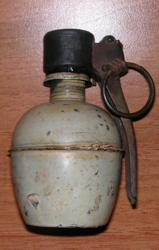 Petite fouille du matin, a trouver un reste de grenade offensive français :) ( photo du milieu la grenade française offensive )