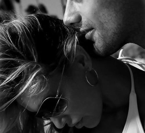 Aimer, c'est espérer tout gagner en risquant de tout perdre, et c'est aussi parfois accepter de prendre le risque d'être moins aimé que l'on n'aime.