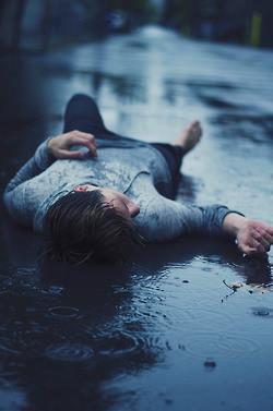 """""""Un peu ici, un peu là-bas, mon coeur épris se perd parfois. Il va et vient d'un bout à l'autre, d'une personne à une autre. Un dépotoir à sentiments, un bout de chair toujours battant.  Je ne comprends pas trop dans quoi je suis, pris dans un tourbillon ou alors sous un nuage de pluie ?  Je me cherche pour finir par me perdre à nouveau. La vie n'a plus réellement de sens, j'ai dû perdre quelque chose au fil du temps..."""""""