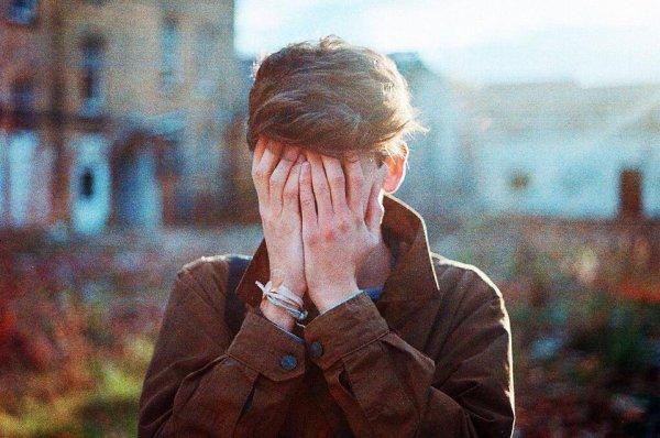 """""""Je suis caché, angoissé, apeuré, étouffé, blessé, détruit, anéanti. Pourtant je souris et ris continuellement.  Je vis et je lutte en même temps. La vie est un combat permanent, c'est un peu frustrant.  On continue, on reste fort. Il le faut de toute façon, sinon on ne s'en sort pas vivant.  Vivre c'est compliqué, mais c'est aussi une chance. C'est sûrement pour ça que je suis encore là, je ne veux pas perdre ce combat."""""""