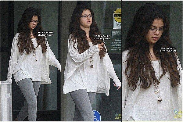 19/10/12 -Selena Gomez a été aperçue en sortant d'uncentre d'étudepédiatrique à Beverly Hills. Je lui donnerai un TOP, j'aime beaucoup son haut blanc et son leggins et toi ?