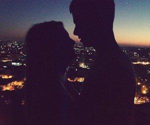 On est plus que deux étrangers, deux étrangers qui connaissent les secrets les plus intimes de l'un l'autre.