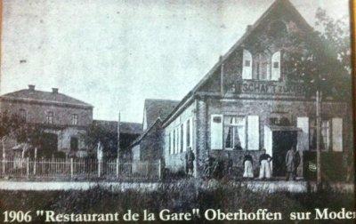 Le restaurant de la Gare avec derrière la Gare