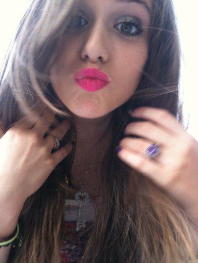 Caitlin! Son rouge a lèvre lui va a merveille :)